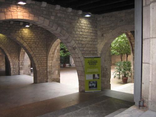 barcelona courtyard near cathedral